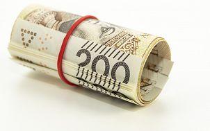 zrolowane banknoty dwustuzłotowe owinięte gumka recepturką